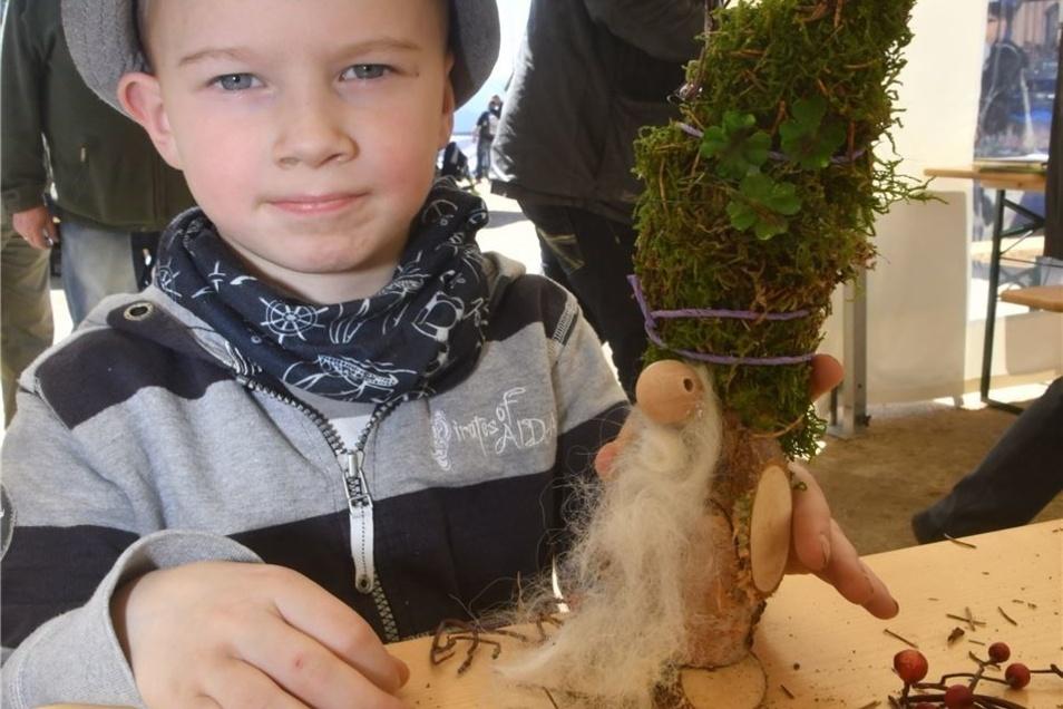Der kleine Henry hat einen Zwerg mit Naturstoffen gebastelt.