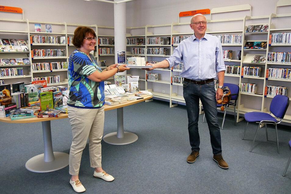 EGR-Chef Ullrich Bannorth brachte mehr als 130 neue Bücher und CDs mit in die Bibliothek. FVG-Geschäftsführerin Manuela Langer nahm sie gern entgegen.