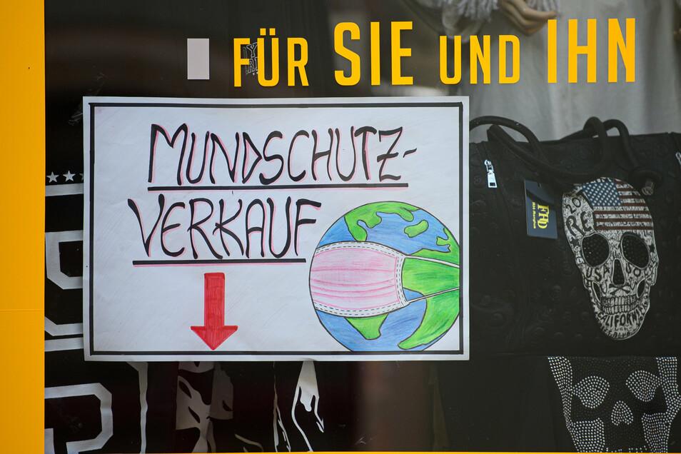 Ein Hinweiszettel «Mundschutz-Verkauf» klebt an einem Modegeschäft in der Meißner Altstadt. Das Tragen einer Maske ist vielerorts Pflicht.