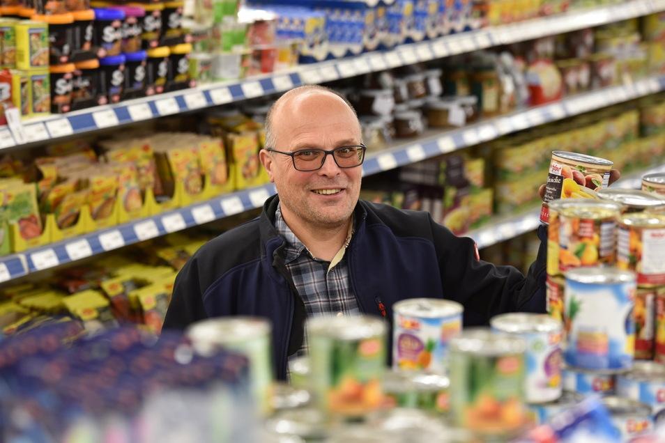 Einzelkämpfer Jan Friebel (55) in seinem Element: Vor zehn Jahren übernahm er den scheinbar hoffnungslosen Fall der Oelsaer Markthalle und richtete seinen eigenen Supermarkt ein.