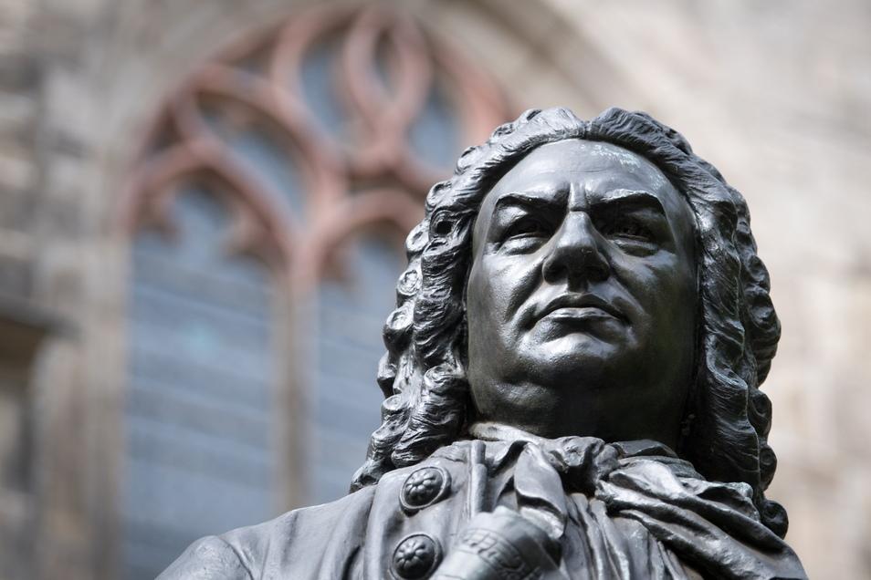 Denkmal Johann Sebastian Bach vor der Thomaskirche in Leipzig. Der Notenweg der Stadt würdigt auch diesen großen Komponisten.