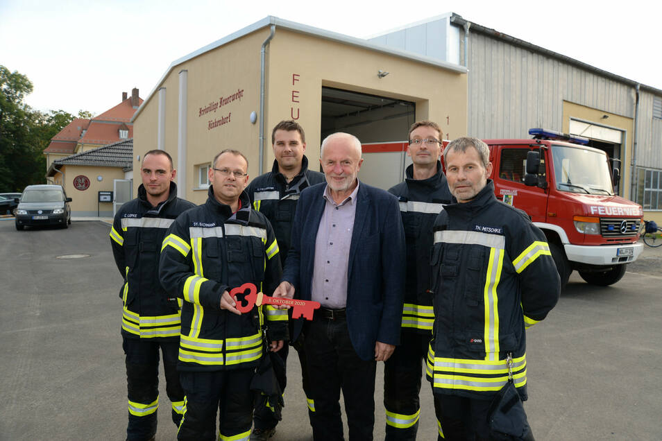 Die Ortswehr Jänkendorf nimmt ihr neues Feuerwehrhaus im Gewerbehof in Besitz. Bürgermeister Horst Brückner übergibt den symbolischen Schlüssel an Wehrleiter Sylvio Bachmann.