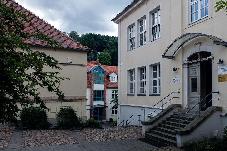 Oberschule in Königstein. Schimmel geht, Laptops kommen.