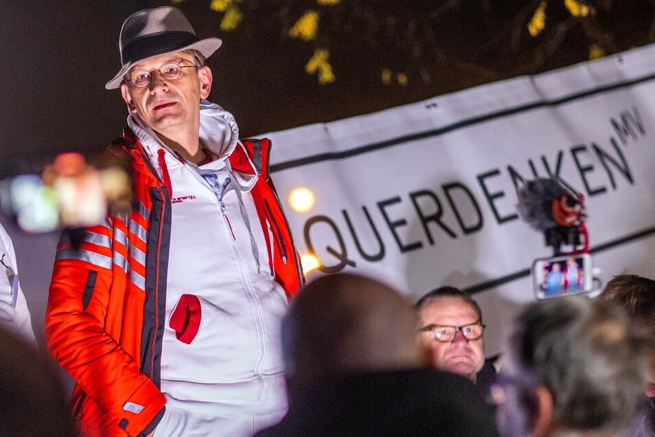 Der Hals-Nasen-Ohren-Arzt Bodo Schiffmann, aus Sinsheim bei Heidelberg ist einer der führenden Köpfe in der Querdenker-Bewegung. Im November hat er auch in Dresden, Görlitz und Leipzig gesprochen.