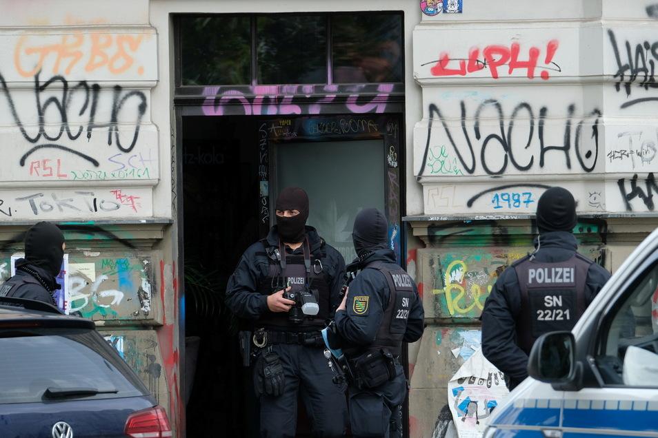 Polizisten bei Hausdurchsuchungen im Leipziger Stadtteil Connewitz.