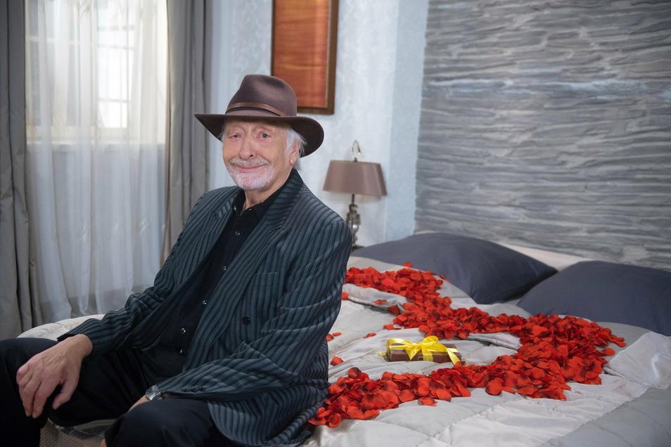 """2020: Karl Dall übernimmt noch im November in der Daily Novela """"Rote Rosen"""" (ARD) die Episodenrolle des Rockstars Richie Sky, Während der Dreharbeiten erlitt er einen Herzinfarkt."""