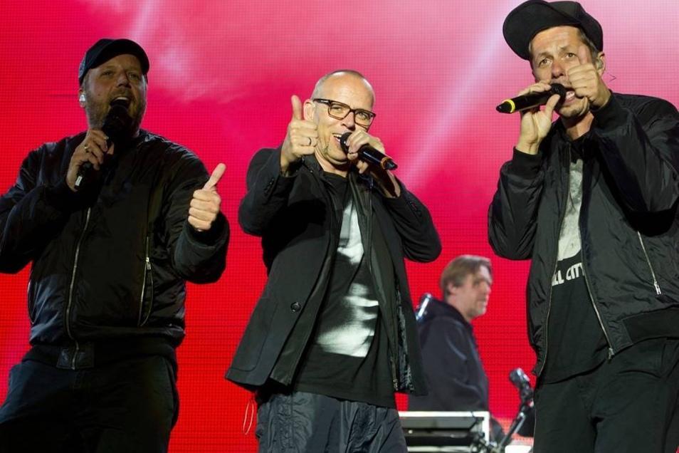 """Smudo (l-r), Thomas D und Michael """"Michi"""" Beck feierten bei der Festivalpremiere den 24. Geburtstag der HipHop-Combo aus Stuttgart."""