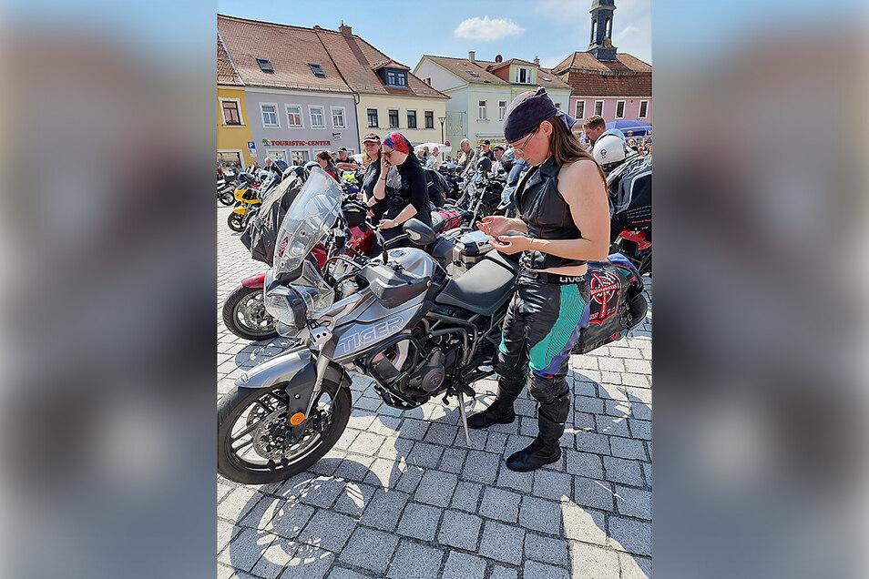 """Die """"Biker Ladys"""" in stiller Andacht nach ihrer Ausfahrt quer durch Sachsen."""