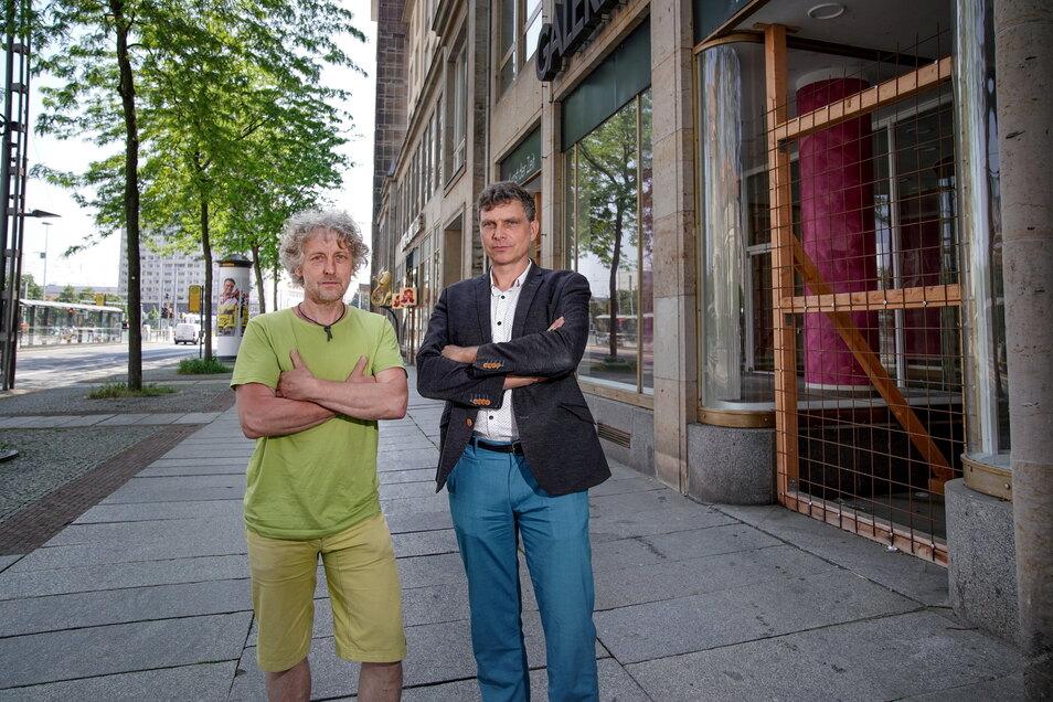 Die Grünen-Stadträte Torsten Schulze (l.) und Thomas Löser fordern, dass die Stadt mit den Akteuren vor Ort ein Konzept erarbeitet, wie der Handel im Zentrum gerettet werden kann. Wie hier an der Wilsdruffer Straße stehen auch in anderen Bereichen viele L