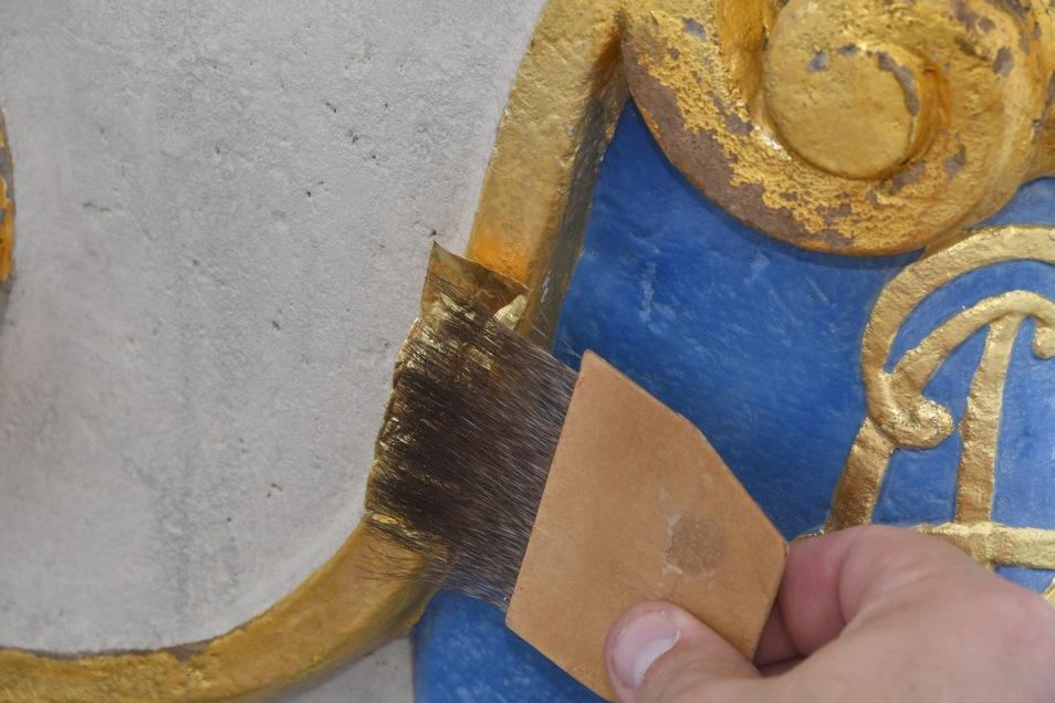 Zum Schluss wird das hauchzarte Gold mit einem Haarpinsel (Anschießer)auf die Säule leicht angedrückt.