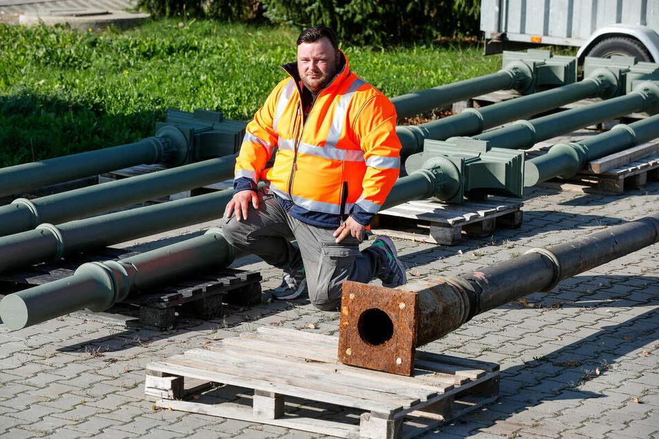 Projektleiter Marcel Pinkau von der Cunewalder Firma Kurz zeigt die alten, hohlen gusseisernen Säulen neben den neuen in Massivguss.