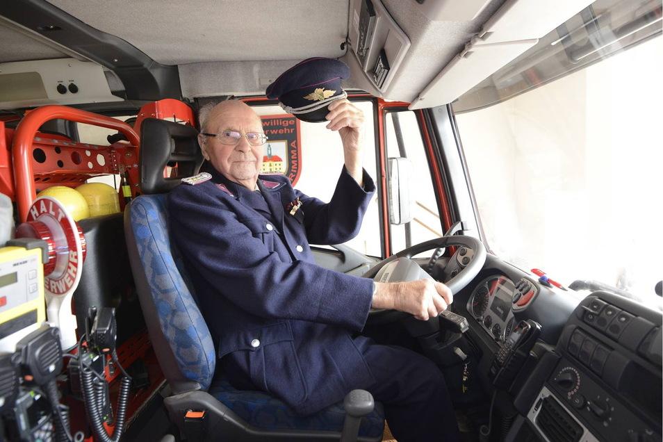 Siegfried Köhler leitete 15 Jahre die Feuerwehr in Reinhardtsgrimma. 2015 stieg er für dieses Foto in das Fahrerhaus eines LF 16.