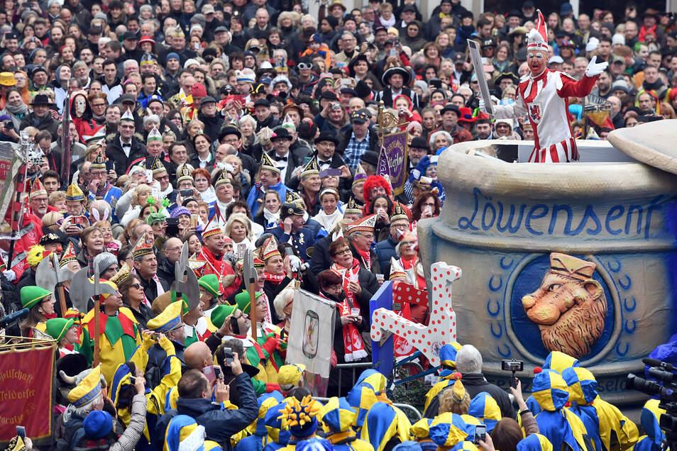 Die Düsseldorfer Karnevalsfigur Hoppeditz hält vor dem Rathaus zum Auftakt der Karnevalssaison seine Rede im Senftopf. Solch ein Massenevent ist inzwischen wegen Corona nicht mehr möglich.