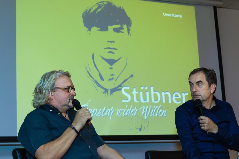 Buch-Autor Uwe Karte (r.) und Heiko Scholz sprechen bei der Buch-Premiere über Jörg Stübner.