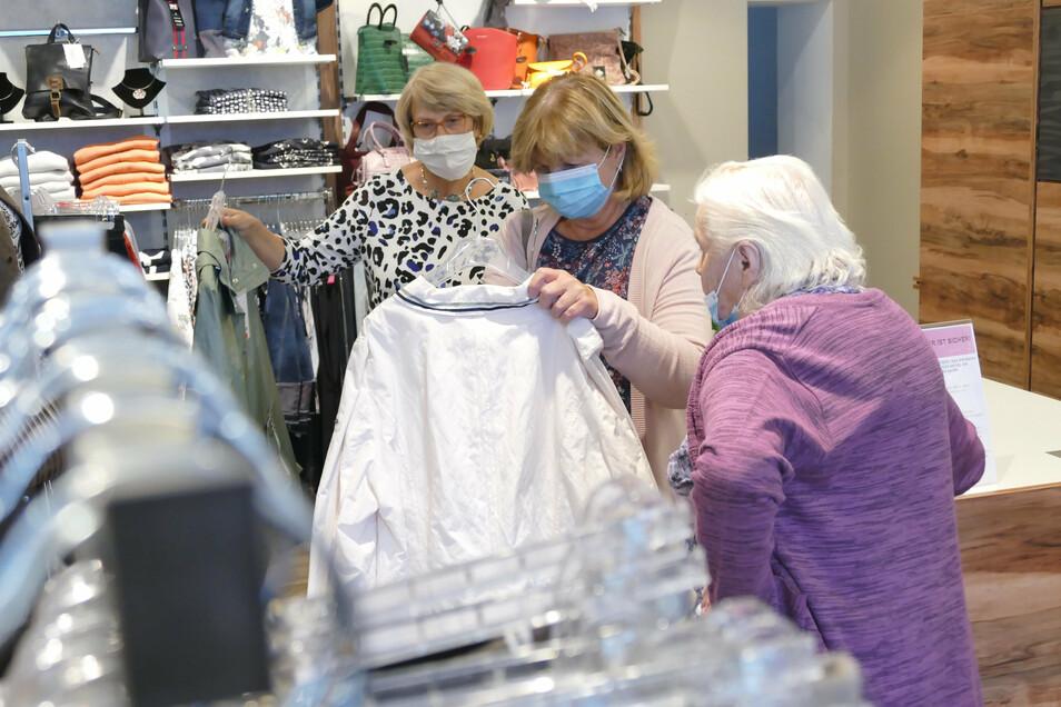 Bei Mode Nr. 1 am Niedermarkt haben sich am Sonnabendnachmittag noch einige wenige Kunden umgesehen. Viele Geschäfte hatten zu dieser Zeit bereits geschlossen.