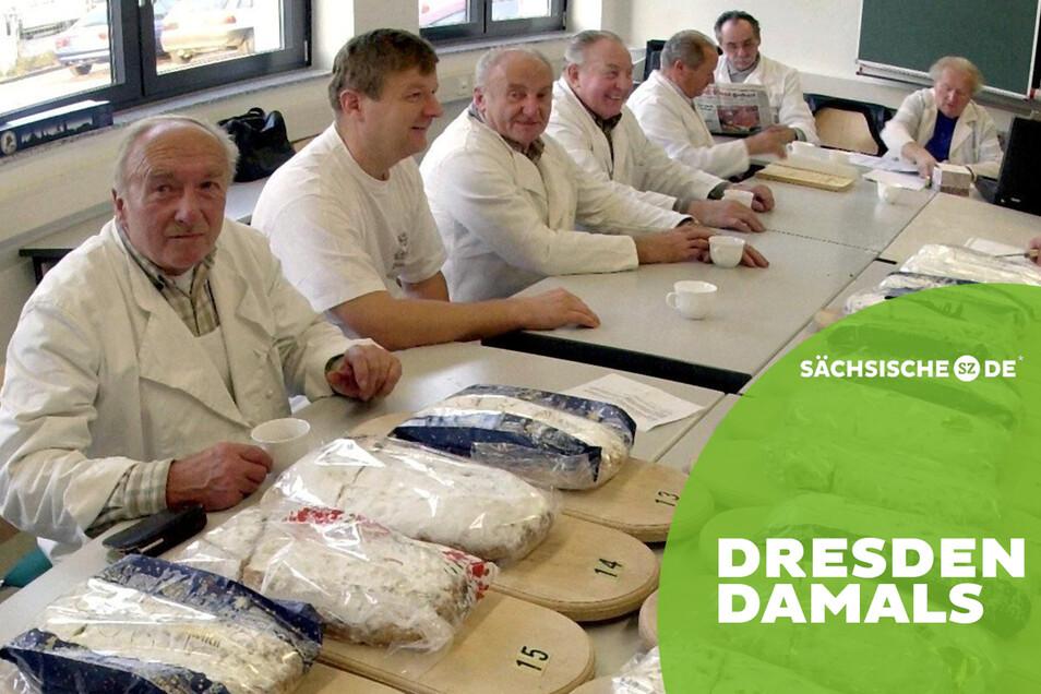 Die Wacht übers Gebäck: Prüfer des Stollenschutzverbandes testen in der Sächsischen Bäckereifachschule die Qualität der Stollen, hier im Jahre 2000.