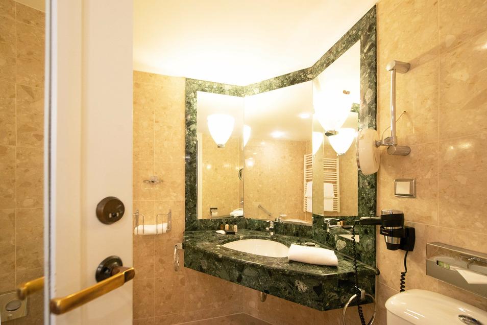 Beim Umbau 1999 wurde auf Marmor gesetzt. In einem Teil der Bäder wurde dieser hochwertige Stein auch aus Nachhaltigkeitsgründen erhalten, nur Fugen und Details wie Glaswände zum Duschen in den Badewannen wurden erneuert.