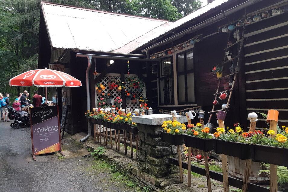 Gaststätten gibt es ausreichend, meist auch urige wie hier am Mumlavska Vodopad. Die Preise sind moderat.
