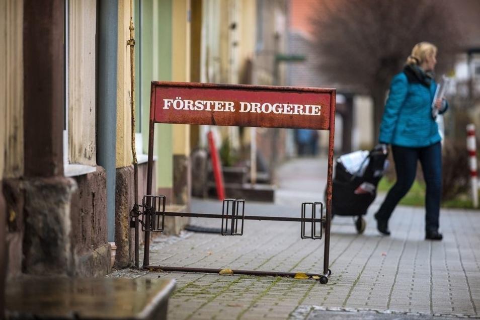 Der angerostete Fahrradständer vor dem Laden erinnert Helga Förster an die Zeiten, in denen ihr Name noch ein Begriff in Hirschfelde war.