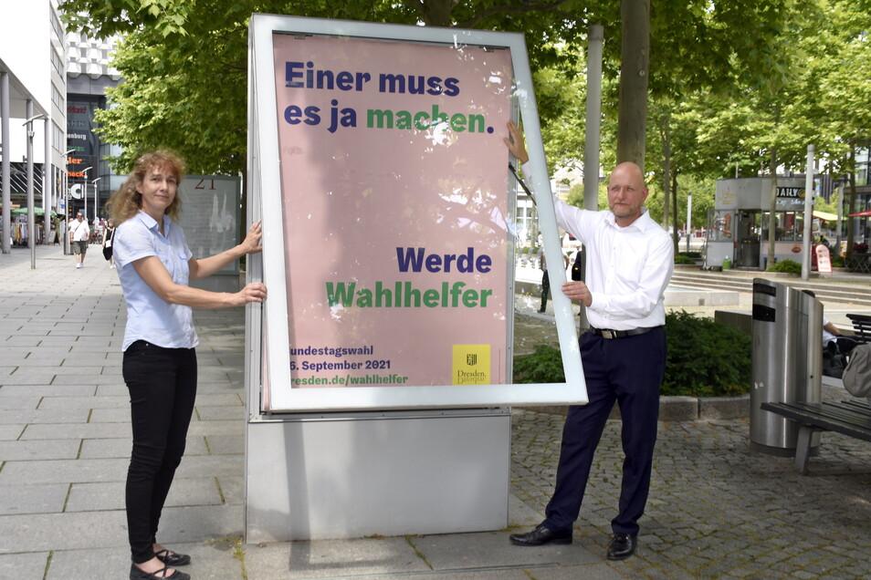 Dresdens Wahlleiter Lioba Buscher und Markus Blocher werben um Helfer für die Bundestagswahl im Herbst.