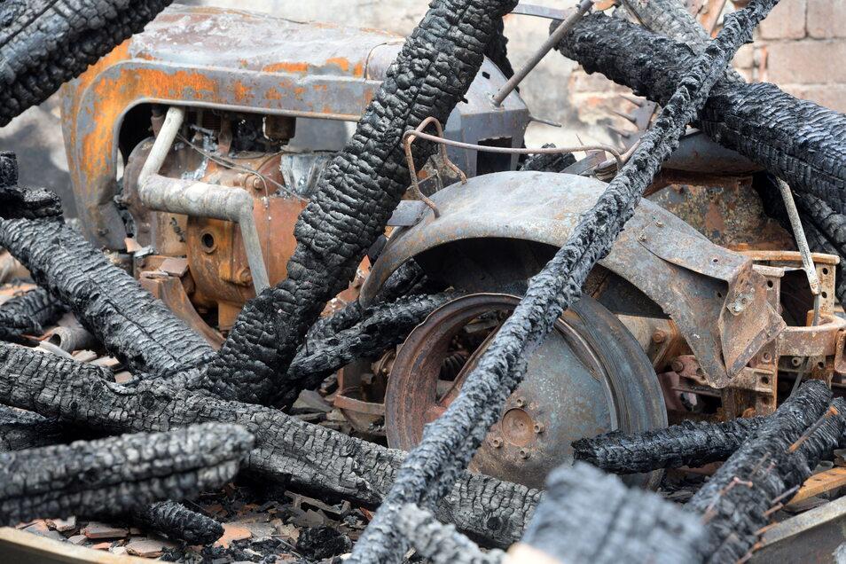 Den alten Traktor hatte der Vater der Schwestern zu DDR-Zeiten aufgebaut. Insgesamt ist bei dem Feuer ein Schaden in sechsstelliger Höhe entstanden.