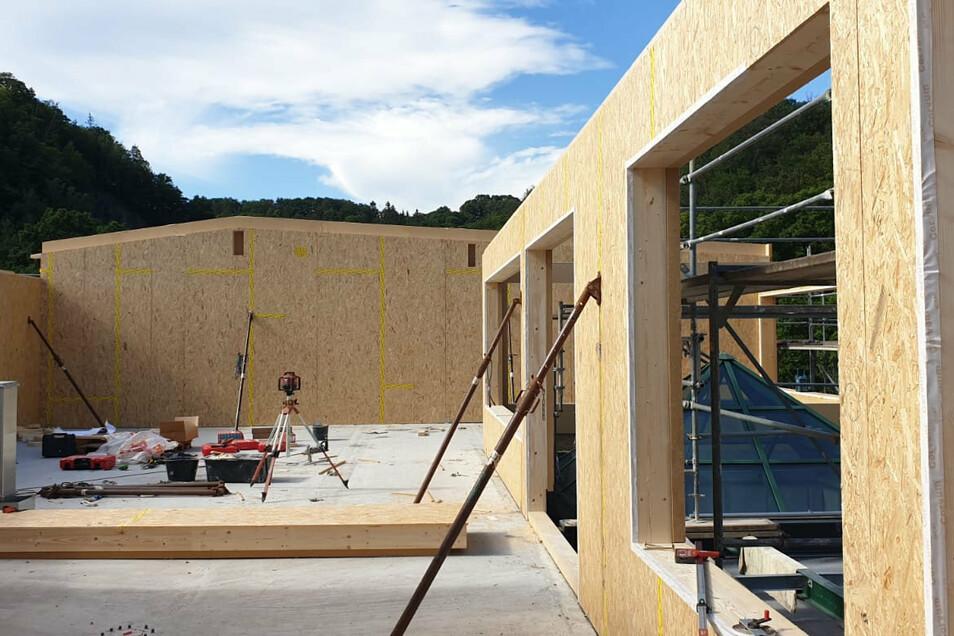 Die Wände für das Saunahaus auf der Dachterrasse im Hains stehen schon.