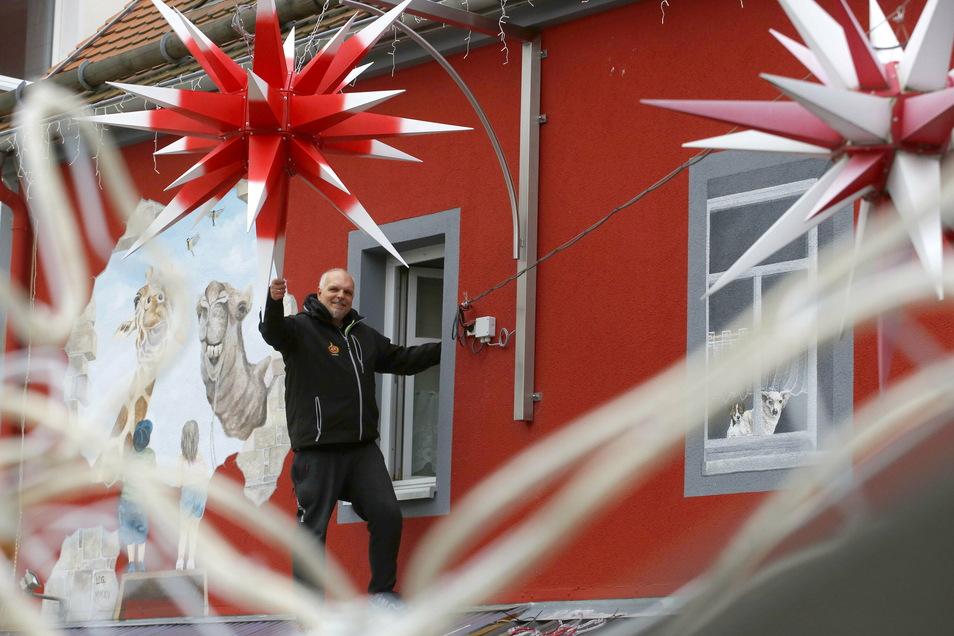 Fernando Kuhnt ist für weihnachtliche Superlative bekannt in Kamenz. Die neueste Errungenschaft ist eine Sonderanfertigung eines Herrnhuter Sterns, der über zwei Meter Durchmesser misst.