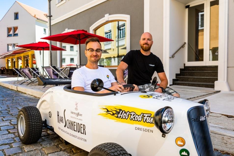 Henry Weiher, bei HaarSchneider verantwortlich fürs Marketing, nahm gestern in einem der Mini-Hot-Rods Platz, die der Dresdener Tourenanbieter Simon Michauk im Zuge des Boulevards Altstadt nach Hoyerswerda gebracht hatte.