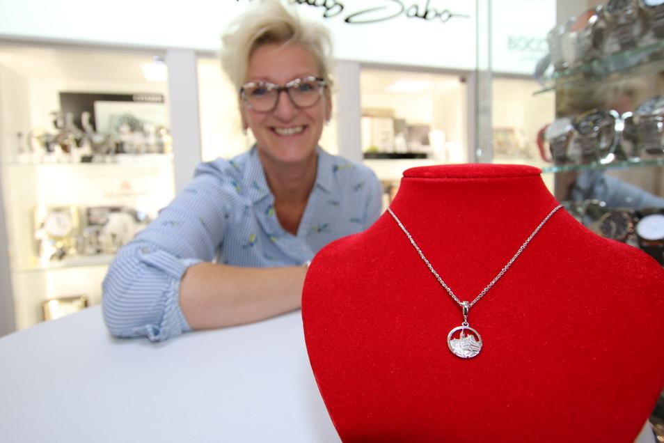 Gabi Tröger-Naumann bietet in ihrem Juweliergeschäft an der Stadthausstraße ein besonderes Erinnerungsstück von Döbeln an.