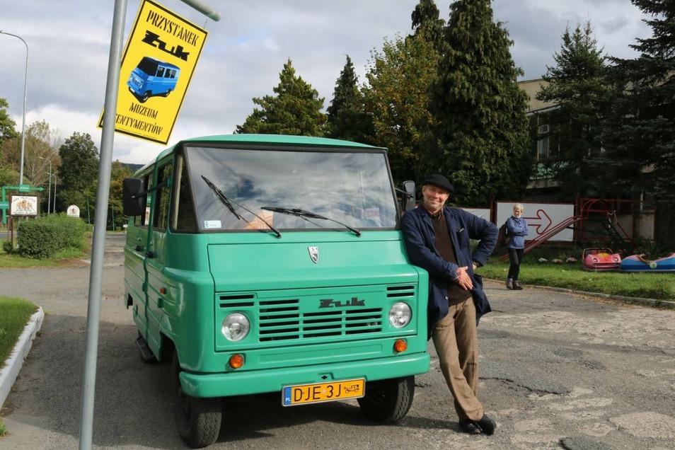 Krzysztof Malawski bietet Touristen Rundfahrten in seinem Żuk an – durch Kowary und Umgebung.