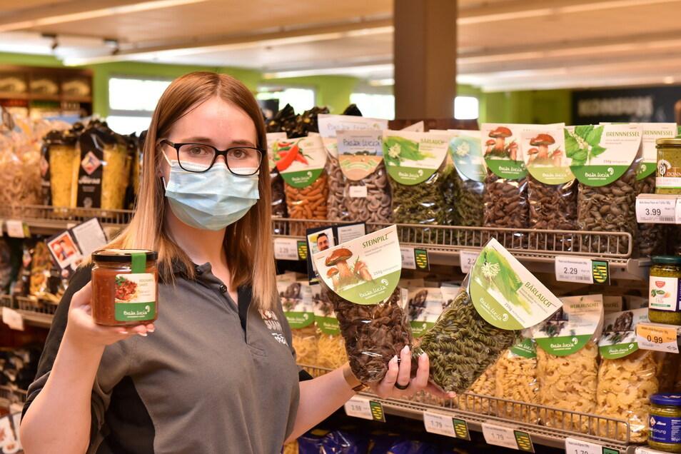 An der Rottwerndorfer Straße in Pirna hat der Konsum-Markt auch Teigwaren aus Wehlen im Angebot, nebst in der Region hergestellter Sauce, wie Azubi Melanie Winnerl zeigt.