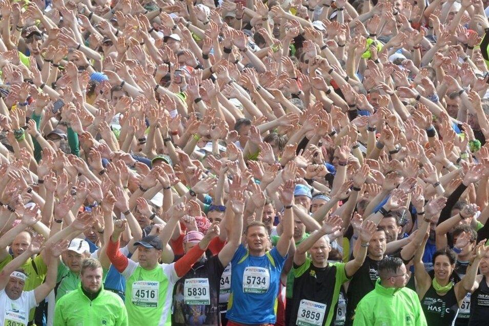 Der Rennsteiglauf ist längst Kult. Die Rituale auch, wie das Massenschunkeln zum Schneewalzer kurz vor dem Start zum Marathon in Neuhaus am Rennweg. In Schmiedefeld ist dann Massenparty, trotz aller Schinderei beim Lauf über Berg und Tal.