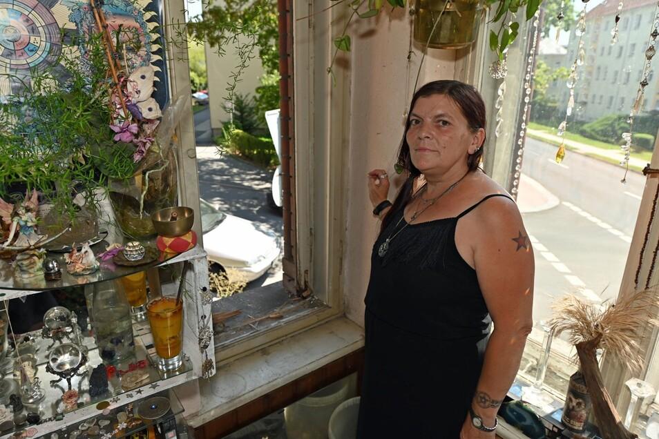 Ramona Gehring am zerstörten Fenster ihrer Wohnung.