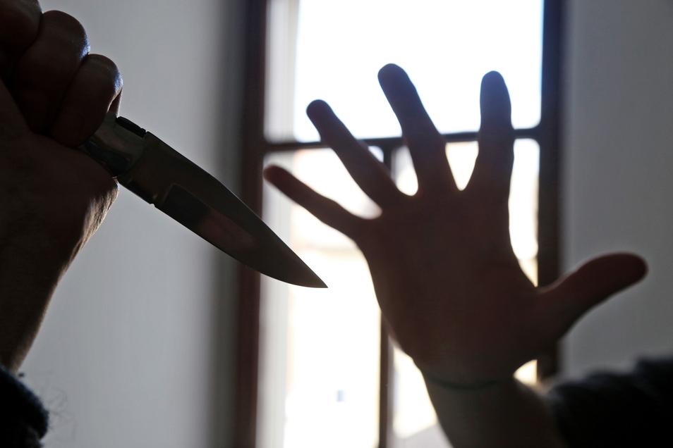 Als sich der Angegriffene zu wehren versucht, greift er in das Messer des Angeklagten.