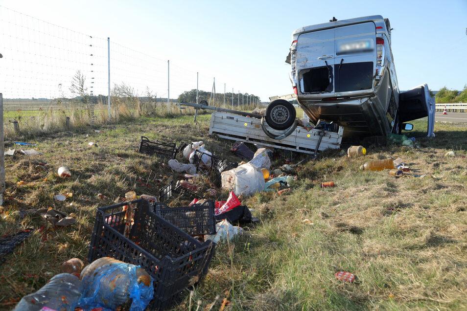 Die Ladung des Anhängers, Kartoffeln und weitere Lebensmittel, landete im Straßengraben.