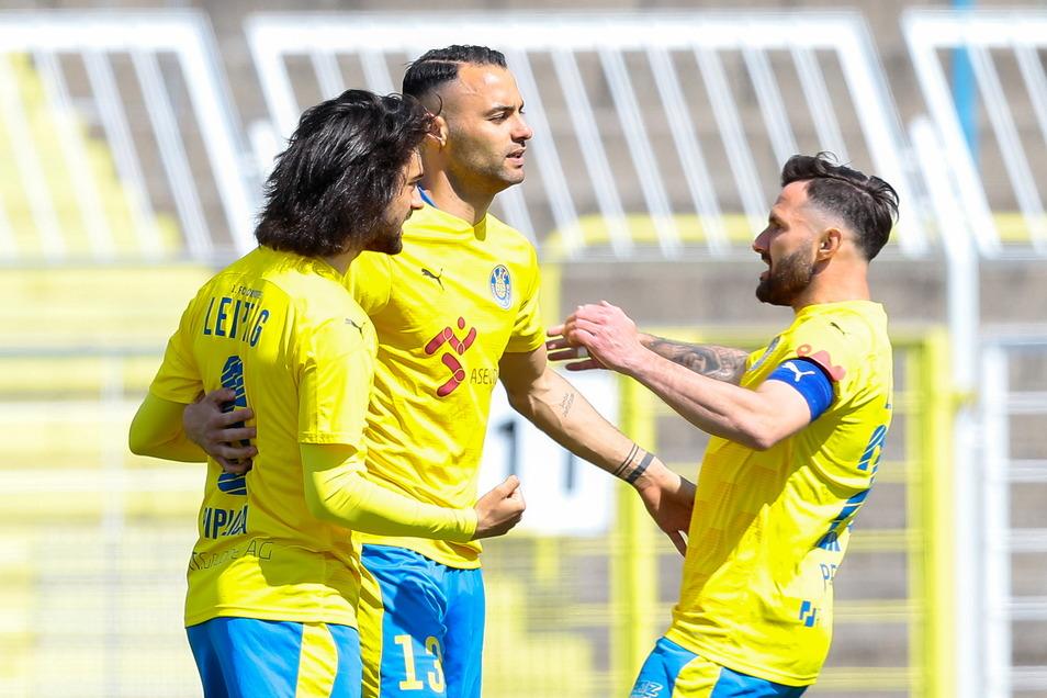 Leipzig jubelt (v. l.): Paulo Piplica, Doppel-Torschütze Djamal Ziane und Ex-Dynamo Sascha Pfeffer.