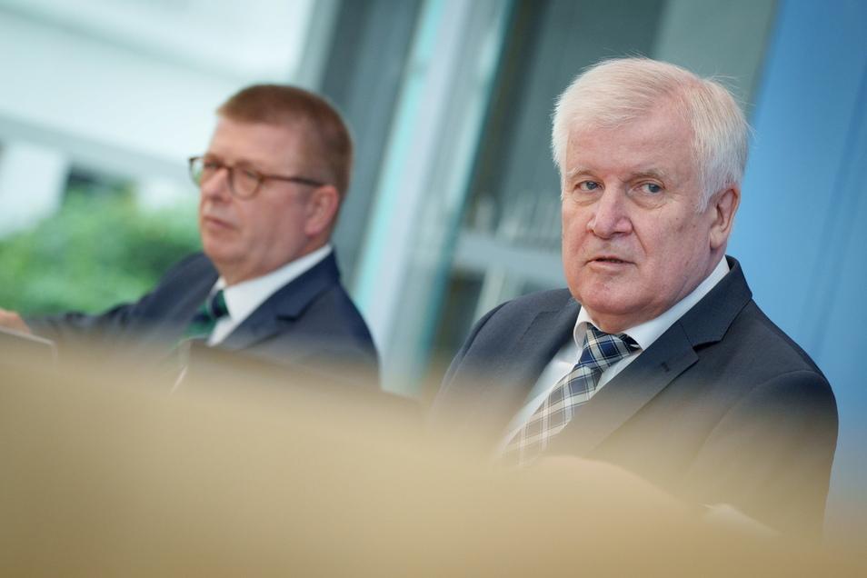 Bundesinnenminister Horst Seehofer und Verfassungsschutz-Präsident Thomas Haldenwang stellten in Berlin den Verfassungsschutzbericht für 2020 vor.