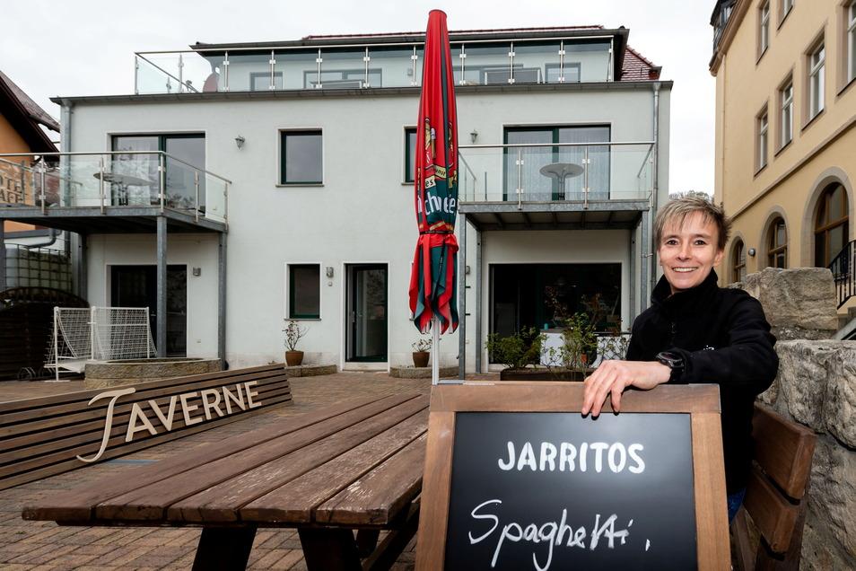 """Bewirtet die Gäste: Katrin Dellai vor der neuen Taverne """"Wehlmuschel"""", die am 8. Mai in Stadt Wehlen öffnet."""