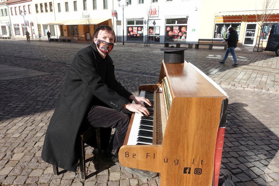Andreas Güstel hatte an der Breiten Straße sein Klavier aufgebaut. Freiluftkunst ist das Einzige, was möglich ist.