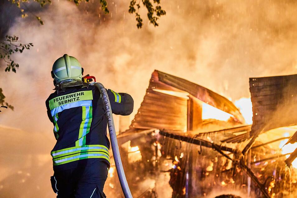 In Sebnitz brannte in der Nacht zum Sonntag eine Feldscheune mit Stroh komplett ab.