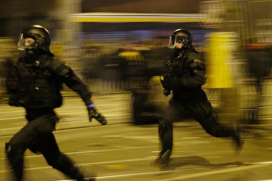 In der Neujahrsnacht ist es in Leipzig-Connewitz zu Zusammenstößen zwischen Linksautonomen und der Polizei gekommen.