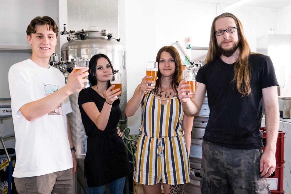 """Die Azubis (von links) Marcel Opitz, Julia Knop, Lena Kleint und Benjamin Mayerl stoßen in der Görlitzer """"Bierblume"""" auf ihr selbst gebrautes Bier an."""