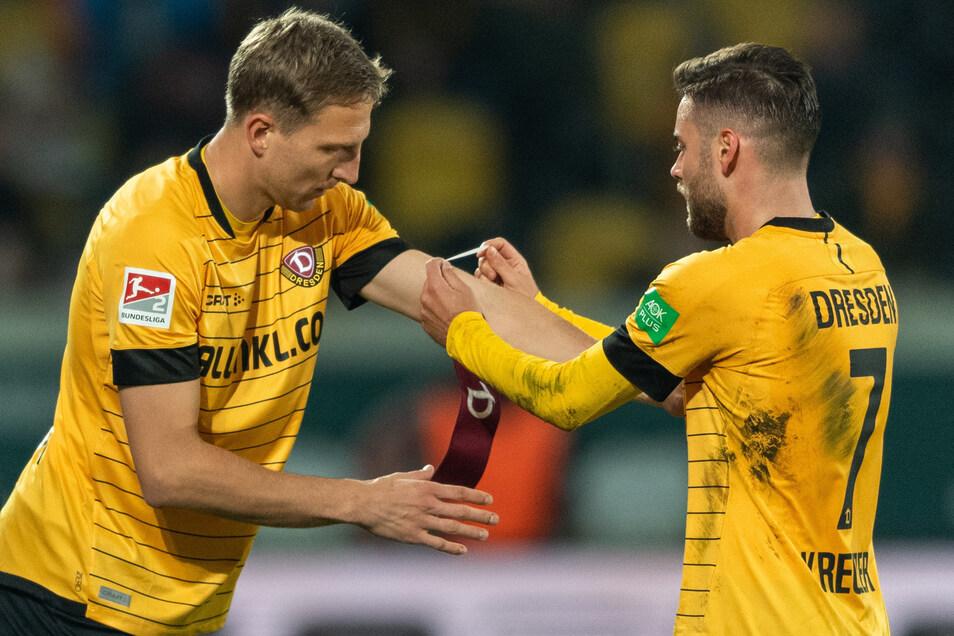 Insgesamt siebenmal lief Niklas Kreuzer vorige Saison bei Dynamo als Kapitän auf, hier übergibt er die Binde an Marco Hartmann (r.).