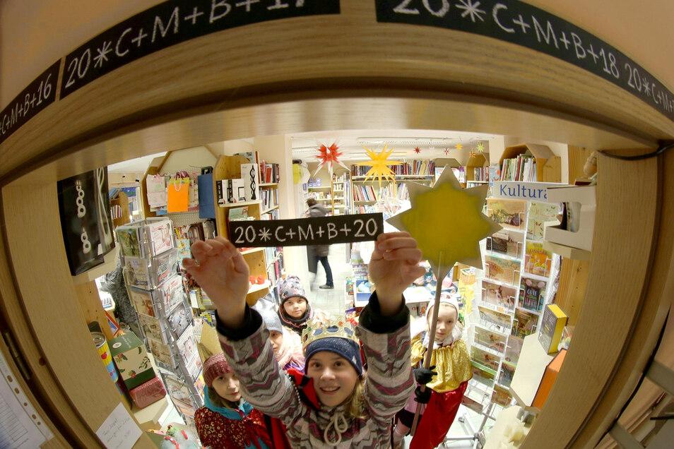 Am Donnerstag gingen die Sternsinger durch Niesky und machten auch in der Comenius-Buchhandlung Station.