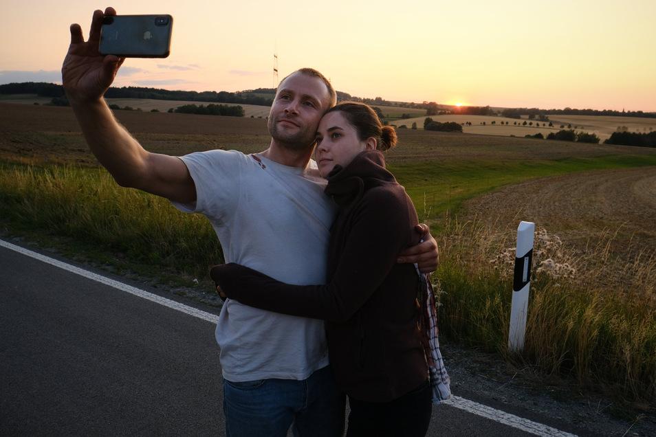 Louis und Anna Bürger träumen beim Sonnenuntergang von einem besseren Leben. Das Foto zeigt keine Szene , sondern entstand nebenbei. .