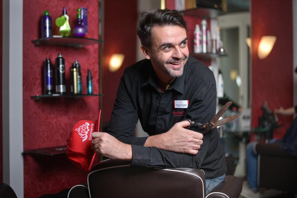 Christoph Steinigen führt einen Friseurladen in der Neustadt.