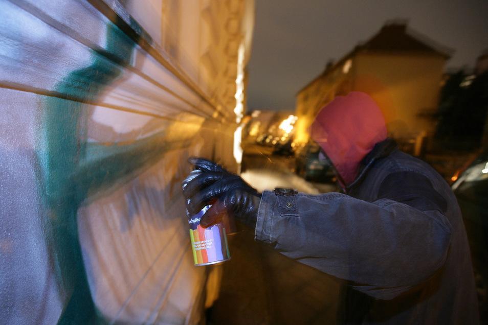 Unbekannte Täter haben am Kubschützer Bahnhaltepunkt 27 Quadratmeter Graffiti hinterlassen, darunter auch ein Hakenkreuz.