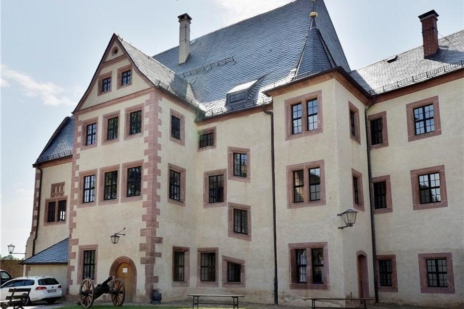 Das Herrenhaus am Westrand des Hofes von Burg Mildenstein wurde zu Zeiten der Gotik unter der Herrschaft Wilhelm I. und später von seinem Neffen, Friedrich dem Streitbaren, um- und ausgebaut. Später beherbergte es Amtsstuben, zuletzt Museums- und Verwaltu