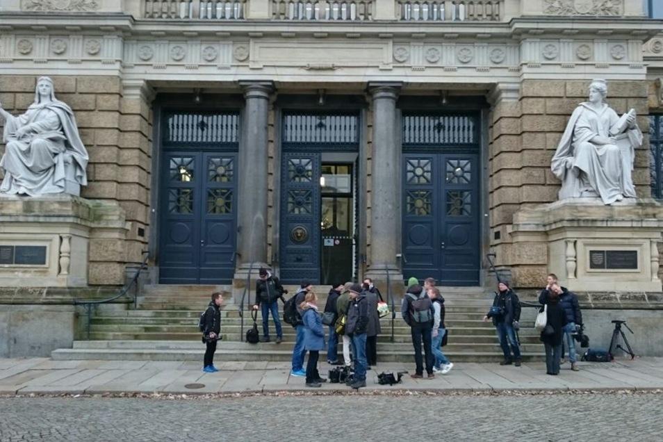 Im Saal und vor dem Gerichtsgebäude haben sich fast nur Pressevertreter versammelt.