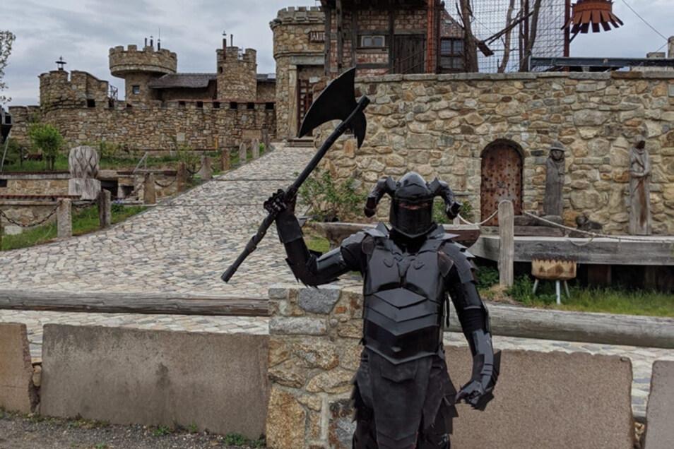 Dieser Herr posiert vor der Burg Mortka